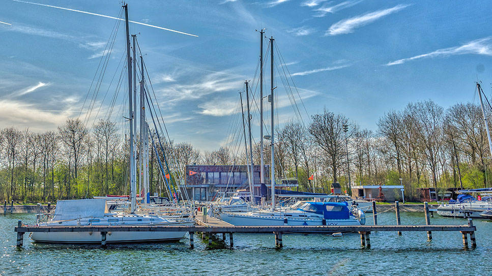 Boten in haven voor clubhuis